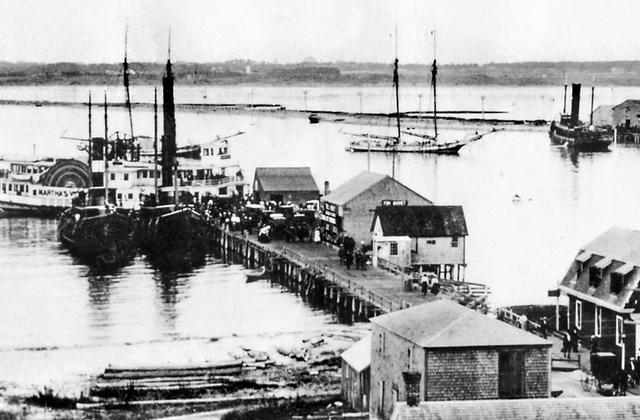 Foto del puerto con barcos en blanco y negro